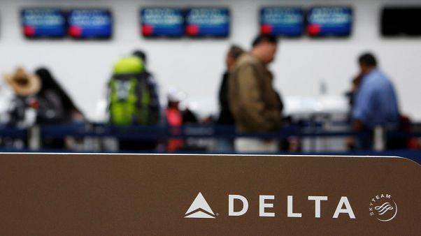 Uçakta gösterdiği filmin sevişme sahnesini sansürleyen Delta tepkiler üzerine geri adım attı