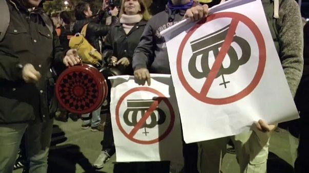 Mit Kochtöpfen und Bratpfannen: Anti-royale Proteste in Barcelona