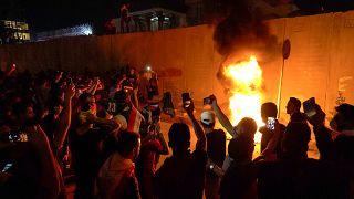 مقتل ثلاثة متظاهرين بالرصاص أمام القنصلة الإيرانية في كربلاء