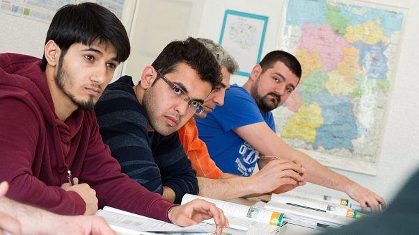 Németországban menedékjogot kapott szíriaiak német nyelvtanfolyamon vesznek részt egy hannoveri nyelviskolában