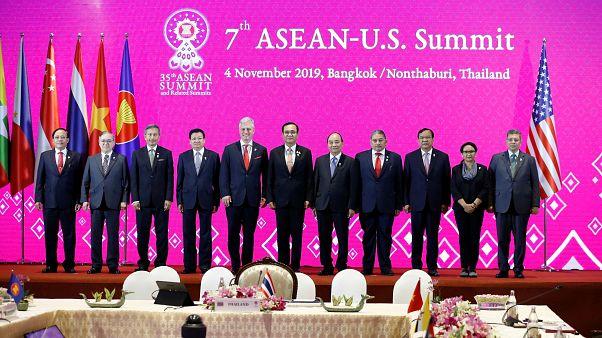 مستشار الأمن القومي الأمريكي روبرت سي. أوبراين ووزراء خارجية الآسيان ورئيس وزراء تايلاند برايوث تشان أوشا يحضرون القمة السابعة للآسيان والولايات المتحدة في بانكوك تايلاند