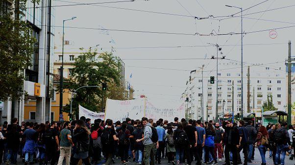 Διαδηλωτές συμμετέχουν σε μαθητική και φοιτητική πορεία στο κέντρο της Αθήνας