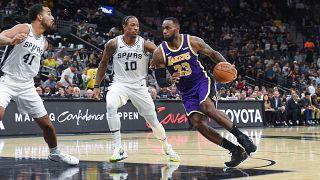 Sobresaliente actuación de LeBron James y Luka Dončić en la NBA