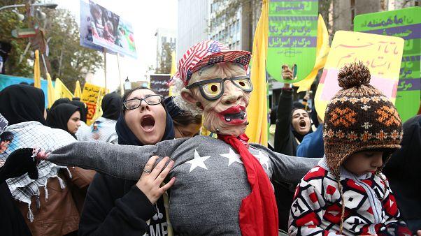 طالبة إيرانية تحمل دمية خلال مظاهرة مناهضة للولايات المتحدة في طهران إيران 4 نوفمبر/ تشرين الثاني 2019