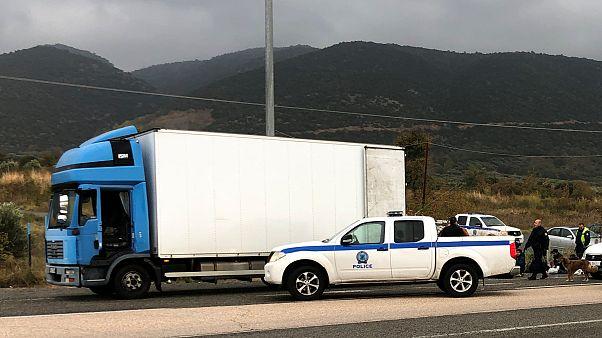 ضباط الشرطة بجوار شاحنة تبريد تحمل المهاجرين على الطريق السريع في اليونان 4 نوفمبر/ تشرين الثاني 2019