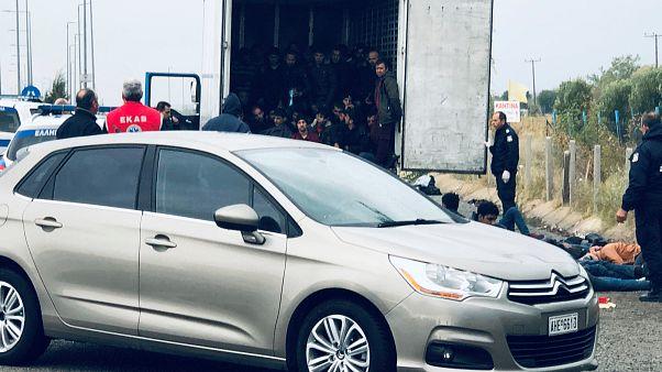Majdnem megfulladt 41 menedékkérő egy hűtőkamionban Görögországban