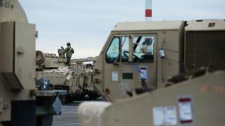 دبابات وآليات عسكرية في الميناء العسكري في فليسينجين، هولندا- أرشيف رويترز