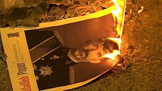 شاهد: انفصاليو كتالونيا يحرقون صور ملك إسبانيا احتجاجا على زيارته إلى برشلونة