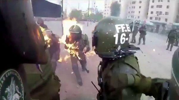 شاهد: اشتعال النيران في شرطيين بعد تعرضهما لهجوم بقنابل مولوتوف خلال احتجاجات تشيلي