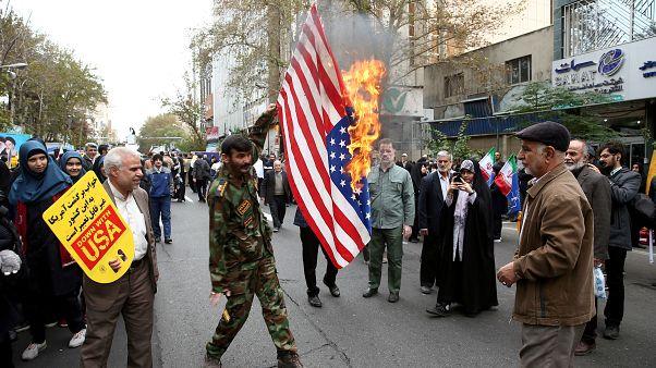 İranlı göstericiler 1979'da işgal edilen Amerikan büyükelçiliği önünde ABD bayrağı yaktı