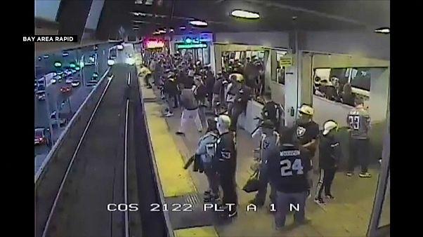 شاهد: عامل ينقذ رجلا من الموت في اللحظة الأخيرة بعد سقوطه أمام قطار مسرع