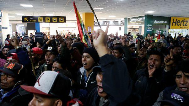 El líder opositor que estaba retenido abandona el aeropuerto de La Paz en avioneta militar