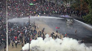 Tiltakozás és utcai harc Chile fővárosában