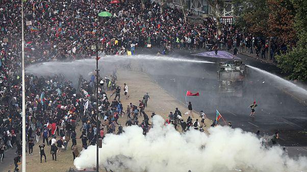 ناآرامیها در شیلی؛ معترضان با نیروهای پلیس درگیر شدند
