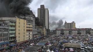 Mercado de Lagos invadido pelas chamas