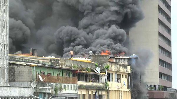 Mit Wassereimern gegen Brand von 5-stöckigem Gebäude in Lagos