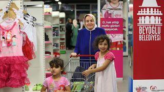Beyoğlu Belediyesi öncülüğünde kurulan Sosyal Market yoksul ailelerin umudu oldu. Çocuklara bayramlık hediye edildi (2016).