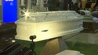 """شاهد: تابوت استثنائي مرصع بآلاف جواهر """"شواروفسكي"""" في معرض موسكو"""