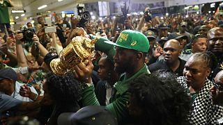 Le capitaine des Springboks Siya Kolisi brandissant la Coupe Webb Ellis à son retour en Afrique du Sud à Johannesburg