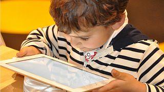 نگاه کردن زیاد کودکان به صفحه نمایشگر رشد مغزی آنان را کمتر میکند