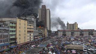 Nijerya'nın Lagos şehrinde bir alış-veriş merkezi yanarak kül oldu