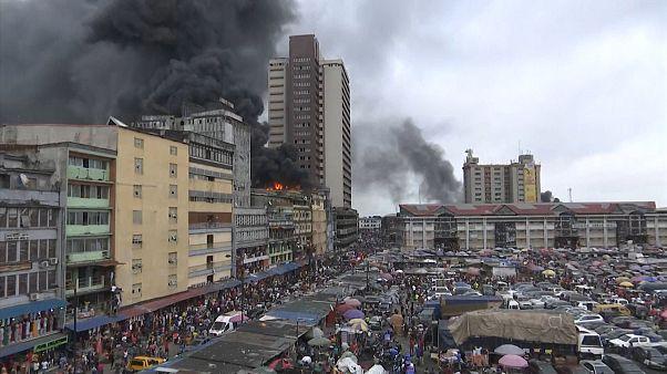 Um dos maiores mercados nigerianos em chamas