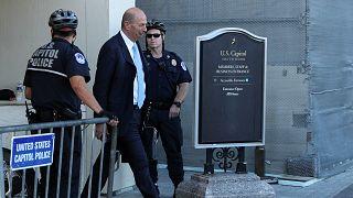غوردون سوندلاند مغادراً مبنى الكونغرس بعد جلسة الاجتماع