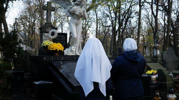 Polonya'da mezarlığı ziyaret eden rahibeler