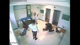 بالفيديو: اعتقال شرطي أمريكي طرح أرضا طالبة