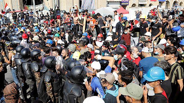 متظاهرون عراقيون يتشاجرون مع الشرطة في العاصمة بغداد