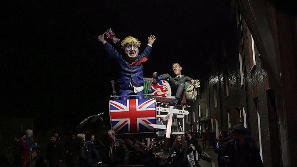 بریتانیا؛ آدمک بوریس جانسون سوار بر غلتک در جشن آتش