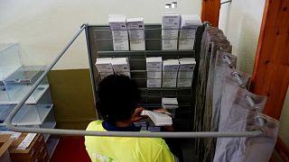 Mise en place d'un isoloir dans un bureau de vote à Barcelone, le 6 novembre 2019