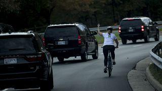 Trump'ın konvoyuna 'orta parmak' gösterdiği için işten atılan kadın girdiği yerel seçimi kazandı