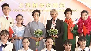 Первые леди Франции и Китая пошли в школу