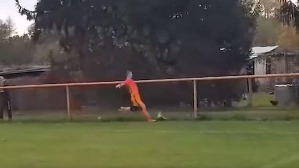 شاهد: لاعب كرواتي يواجه السجن بسبب ركلة كرة قدم قتلت دجاجة