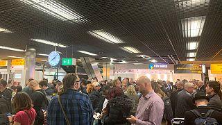 Passageiros retidos no aeroporto Schiphol durante falso alarme