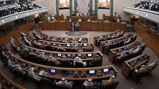 الكويت: المئات يتظاهرون ضد الفساد أمام مقر مجلس الأمة