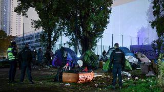 إجلاء 1600 مهاجر في عمليات جديدة لتفكيك مخيمات في باريس