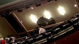 Előadás közben szakadt le egy londoni színház mennyezete