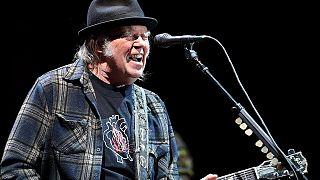 Új lemezzel jelentkezik Neil Young