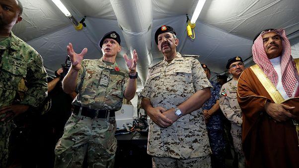 رئيس العمليات في البحرية الملكية البريطانية بنيامين كيث والقائد الأعلى لقوات الدفاع البحرينية خليفة بن أحمد آل خليفة في القاعدة البحرية الأمريكية في المنامة، 7 نوفمبر 2019