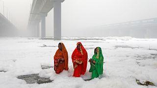 Yeni Delhi'de hava kirliliği alarm veriyor, Yamuna nehri köpükle kaplandı