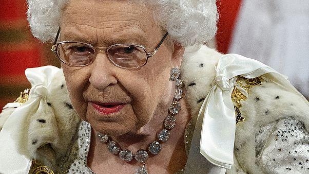 İngiltere Kraliçesi II. Elizabeth yeni dikilecek kıyafetlerinde suni kürk kullanma kararı aldı
