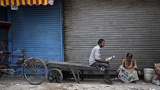 Farklı kastlardan olmalarına karşın evlenen Hint çift ailesi tarafından taşlanarak öldürüldü