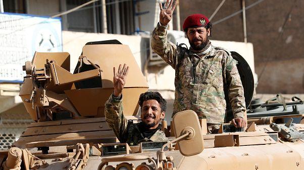 مقاتلان من الجيش الوطني السوري المدعوم من قبل تركيا
