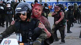 شرطي يساعد باتريشيا آرس، رئيسة بلدية مدينة فينتو- أرشيف رويترز