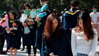 طلاب جامعيون في وقفة صمت تكريماً للطالب الراحل
