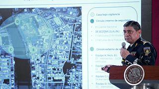 وزير الدفاع المكسيكي لويس ساندوفال يعرض لقطات فيديو في مؤتمر صحفي للعملية الفاشلة لاعتقال ابن شابو- أرشيف رويترز