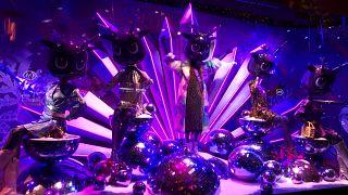 Karácsonyi jelmezbe öltözött a párizsi Printemps