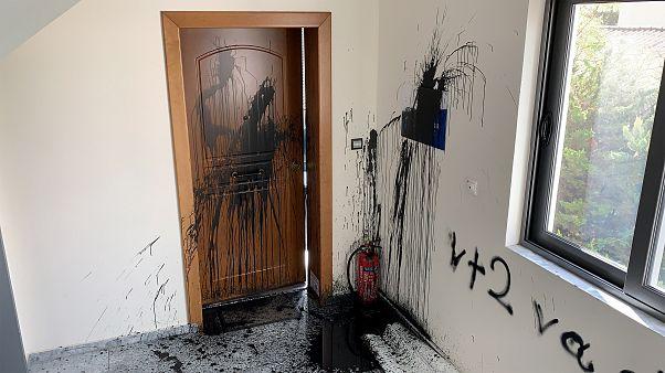Επίθεση με μπογιές στο πολιτικό γραφείο της Κεραμέως